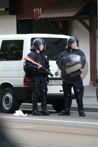 Abwartetende Polizei in Zürich Fotos und Bilder