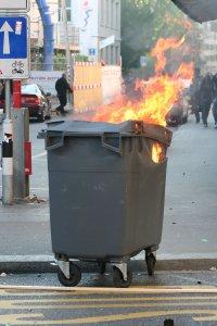 Brennender Mülleimer in Zürich Fotos und Bilder