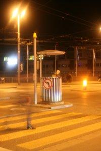 Unterstand für Verkehrsregler bei Nacht Fotos und Bilder